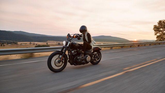 バイク早いスピードで疾走
